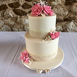 2 tiered cake in classic ivory with sugarpaste roses
